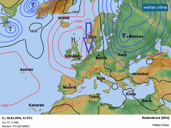 De weerkaart voor vrijdag volgens ECMWF. Met een noordelijke stroming wordt vrij koele lucht aangevoerd.