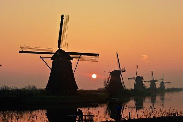 De zon kwam gisteren zeer fraai op. Deze foto werd gemaakt door Johan Klos in Kinderdijk.