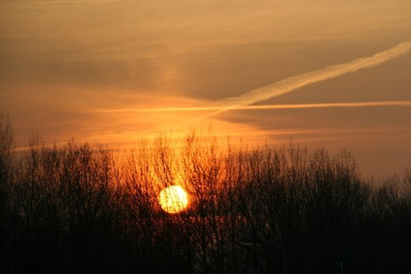 De zon ging gisteren zeer fraai onder in Kijkduin. De foto is gemaakt door Peter Visser.
