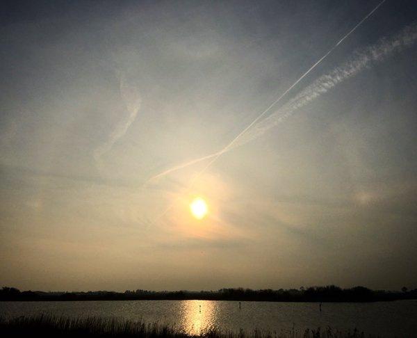 halo en bijzonnen bij de zonsondergang boven het tjeukemeer. Foto is van Rob Bartels.