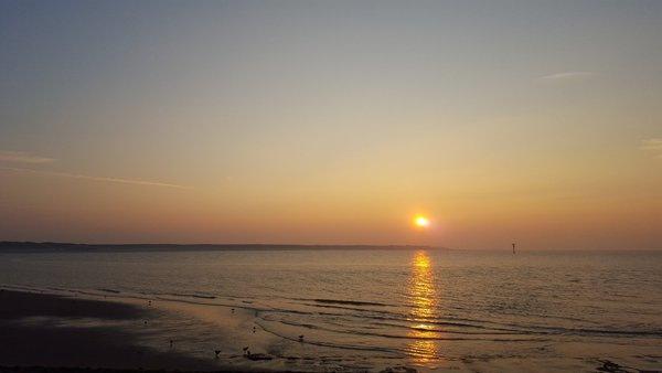 Fraaie foto van de zonsondergang op Schouwen-Duiveland. Foto via Twitter @havenlust.