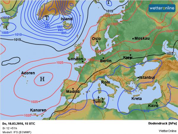 Morgen ontstaat een gordel van hogedruk met kernen bij de Azoren en bij Rusland.