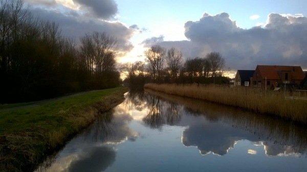 Deze fraaie foto is nog van zondag en gemaakt in het Delftse Hout bij de Tweemolentjesvaart. Foto is gemaakt door Gerda Jacobs en ontvangen via foto@alpenweerman.nl