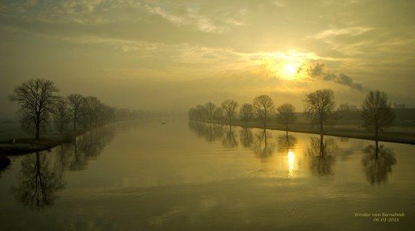 Gouden opkomst van de zon boven de Maas bij Cuijk. Foto is van AWM collega Wouter van Bernebeek.
