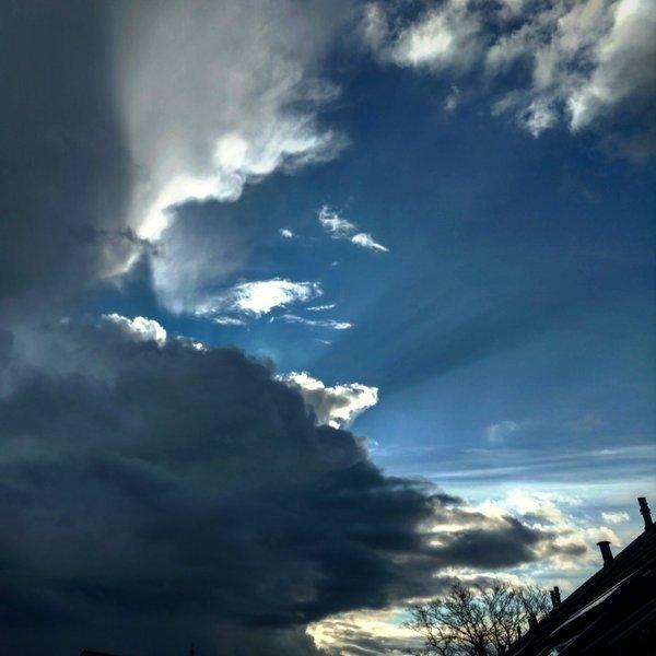 Zon en dreigende wolken wisselden elkaar af. Deze foto werd gemaakt door Dennis de Bruin.