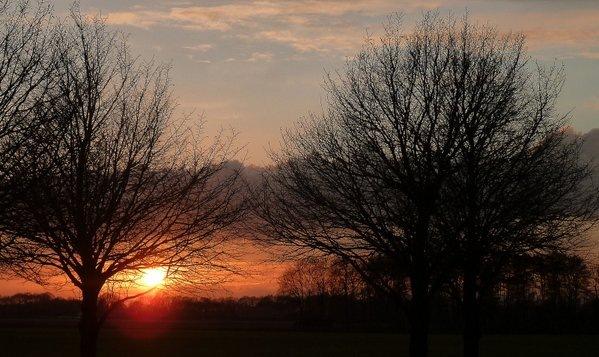De zon ging weer fraai onder. Deze foto werd gemaakt door Koos Spakman.
