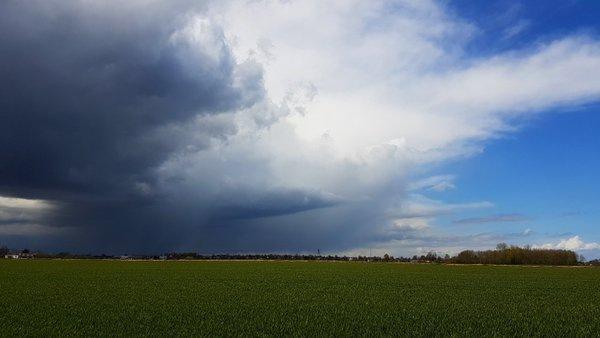 buien, maar ook fotogenieke wolken. Deze werd gemaakt door Jannes Wiersema.