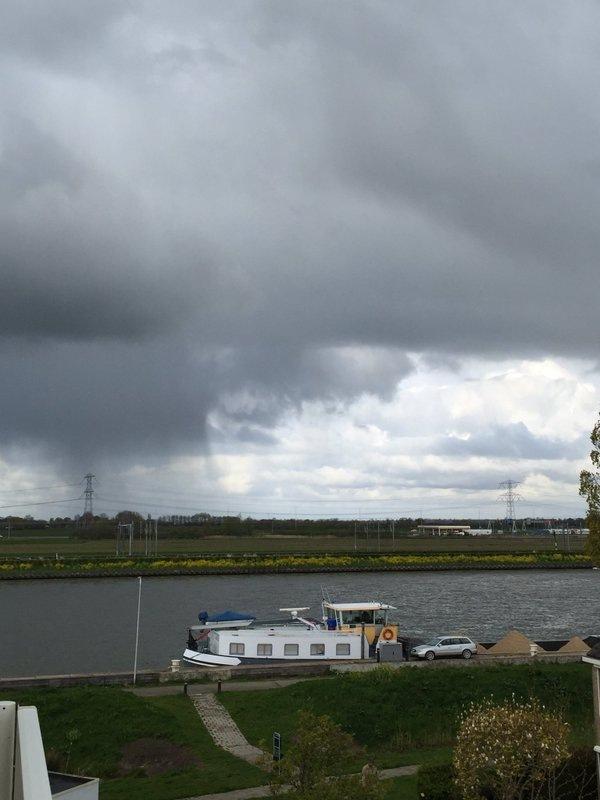 Dreigende luchten en valstrepen in Breukelen. Foto is van Jeroen Jansen.