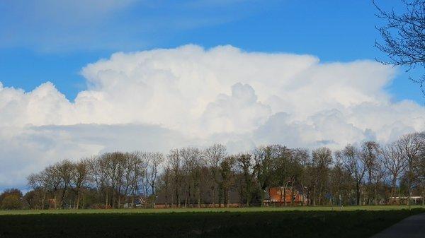 Er waren weer fraaie wolkenmassa's zichtbaar zoals hier in het noordoosten van het land. Foto is van Jannes Wiersema.