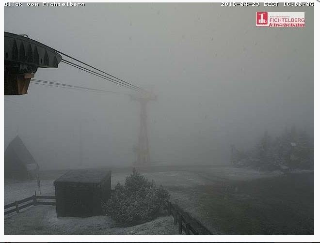 Op de Fichtelberg (1.215 meter) op de grens met Tsjechië is zaterdag al wat sneeuw gevallen. Webcambeeld is van 16:00. Bron: Fichtelberg-ski.de