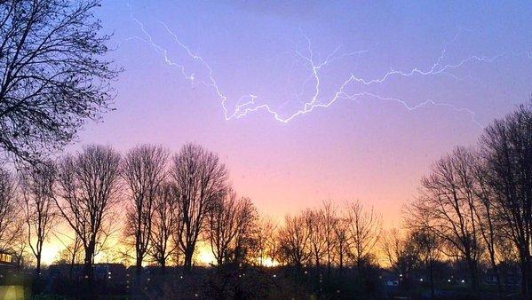 gisteravond kwam het op veel plaatsen tot onweer. Deze fraaie foto werd gisteravond gemaakt door Helen. Foto via Twitter: @Hlen7