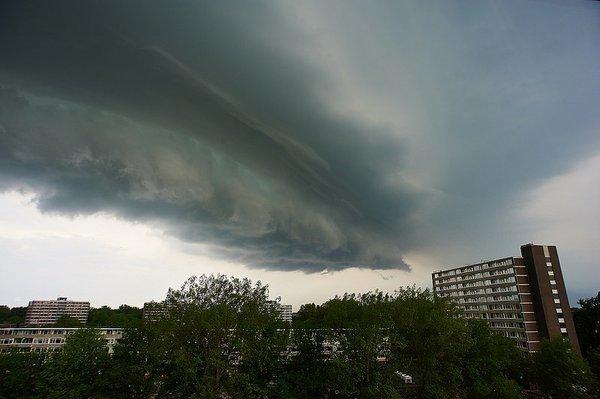 prachtige 'shelfcloud' gisteravond boven Alkmaar. Foto via Twitter: @Rili2013