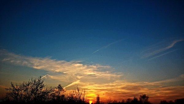 De zon ging fraai onder in het noorden van het land. Foto via Twitter @SevereWeather_N