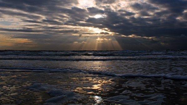 de zon ging gisteren weer fraai onder zoals hier in Egmond aan Zee. Foto is van Sjef Kenniphaas.