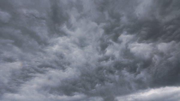 Woelige luchten bij de buien. Foto is van Jannes Wiersema