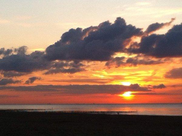 De zonsondergang was weer fraai. Deze foto werd gemaakt in Cadzand door Marcin Beaufort