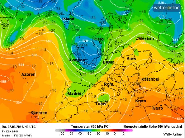 een bel met koude lucht (op ruim 5 km hoogte worden temperaturen verwacht van -36°) zorgt aan het eind van de week voor flinke buien. Bron: ECMWF.