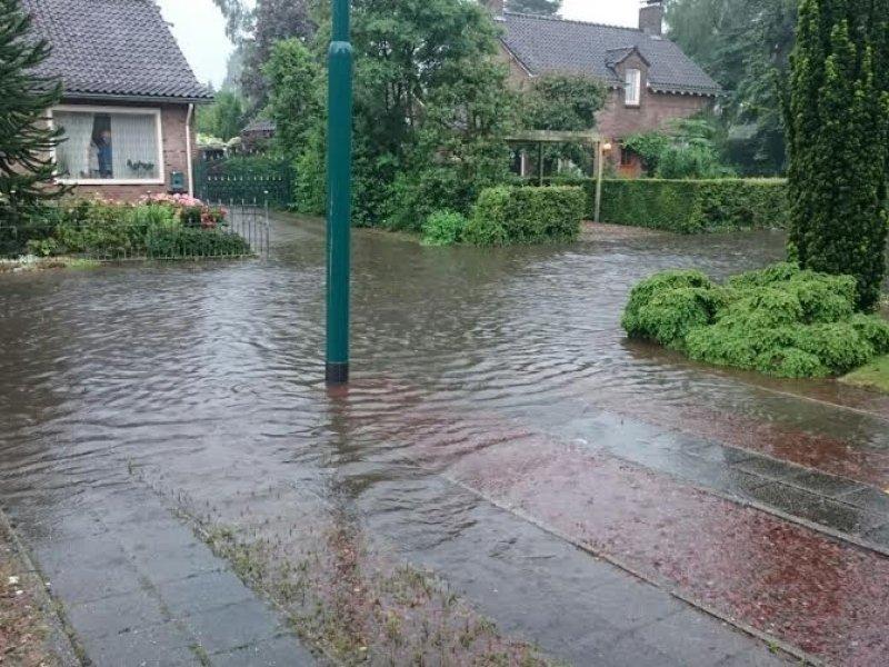 De hoosbuien leverde lokaal wateroverlast op zoals hier te zien in Cuijk. Foto is van Wessel Willems.