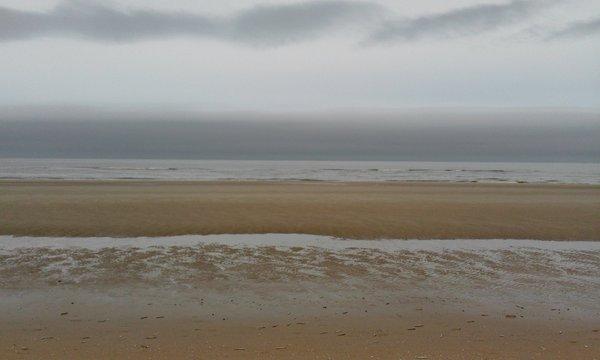 prachtige foto van mist op zee. De foto werd gemaakt door (@natuuralkmaar).