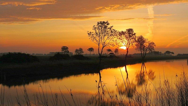 De zon kwam gisteren zeer fraai op in het noordoosten van het land. Foto is van Jannes Wiersema.