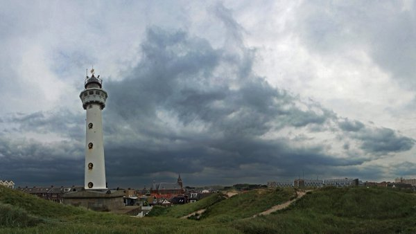 In het westen van het land, zoals hier in Egmond aan Zee, was het gisteren over het algemeen bewolkt. Foto is van Sjef Kenniphaas.
