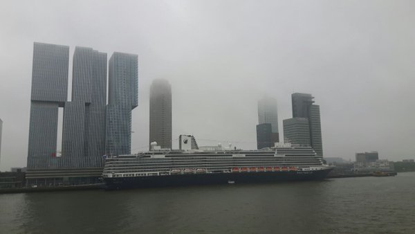 De Koningsdam in Rotterdam gisterochtend met veel bewolking. Foto is van Giel Swager.