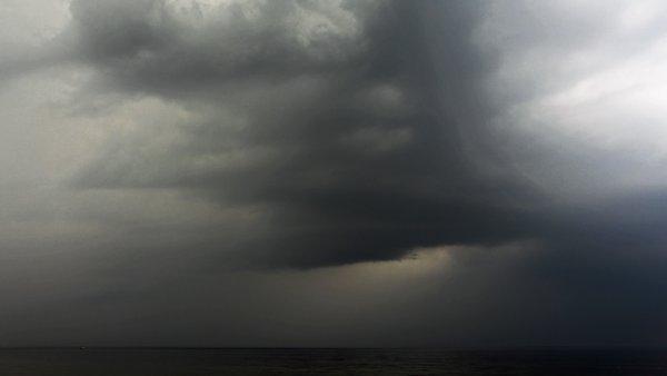 Gisteravond trokken onweersbuien over het land. Deze foto werd gemaakt door Sjef Kenniphaas in Egmond aan Zee