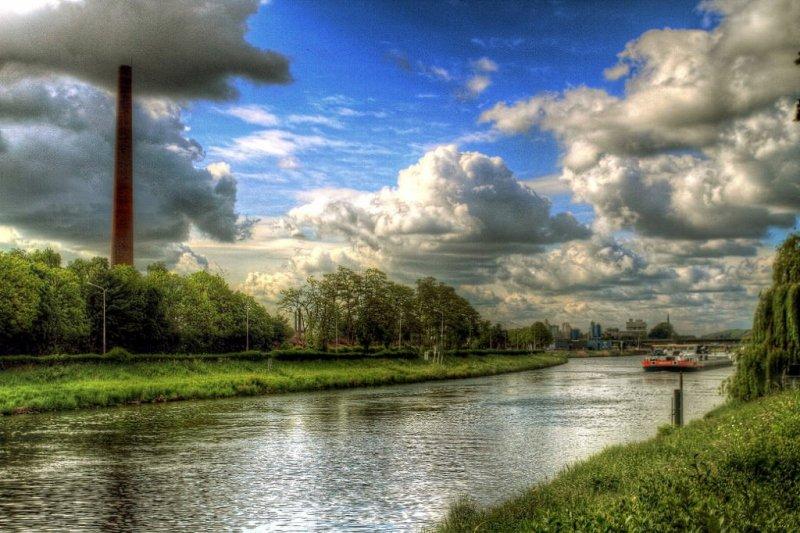 prachtige foto van wolkenvelden en opklaringen. Foto is van Eric Wijsen uit Borgharen.