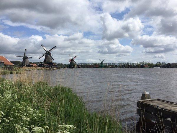 Het is molenweekend. Deze prachtige foto werd gemaakt door (@opsneakers) bij de Zaanse Schans.
