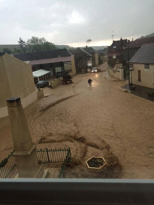 Door de stevige onweersbuien liepen straten onder water zoals hier in le Chablisien. @ Meteo89