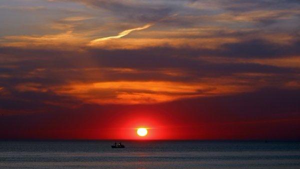 De zon ging na een fraaie dag gisteren weer mooi onder. Deze foto werd gemaakt in Egmond door Sjef Kenniphaas.