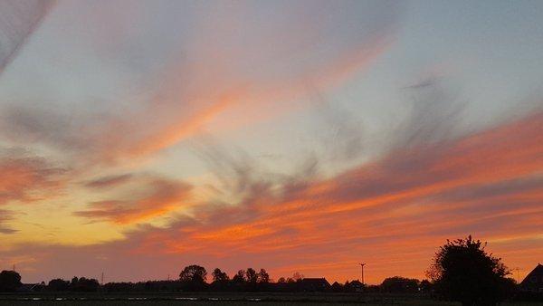 De zon ging gisteren bijzonder fraai onder in de sluierwolken. Deze foto werd gemaakt door Mark Wolvenne.