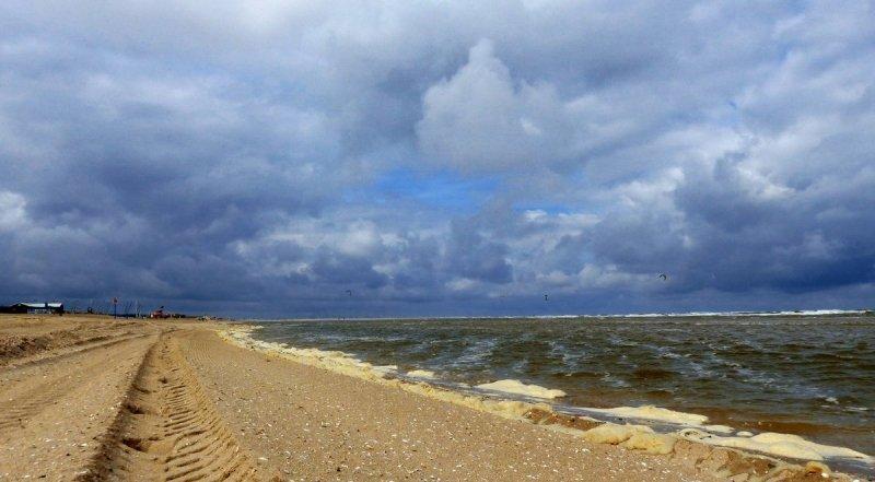 Het was gisteren geen terrasweer, maar wel weer voor kitesurfers. Gieny van Asten maakte deze mooie foto.