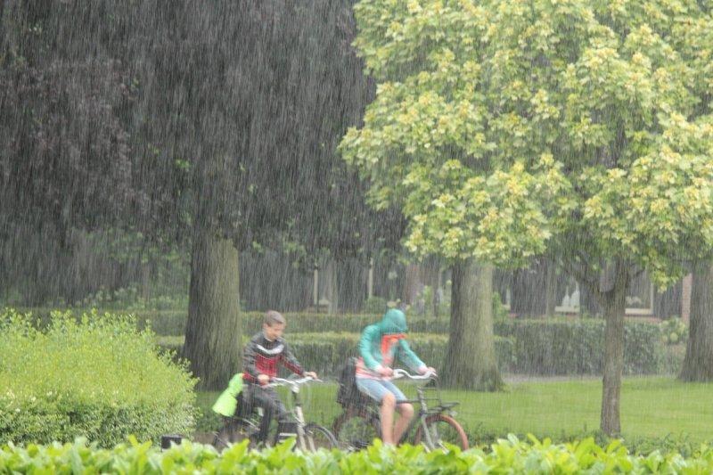 Er trok gisteren weer een regengebied over het land. Foto is van Martin Vye.