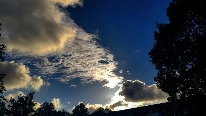 De lucht kleurde al fraai gisteravond ruimschoots voor zonsondergang. Foto is van Jeroen Brinkhorst.