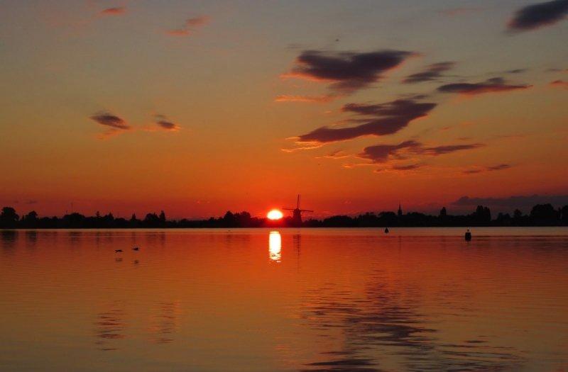 Ton Wesselius maakte gisterochtend deze fraaie zonsopkomst op het Braassemermeer in Roelofarendsveen