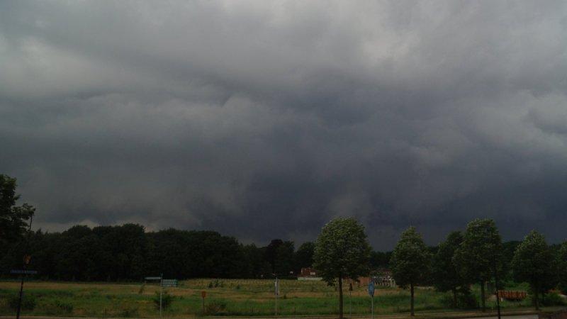donkere onheilspellende luchten waren er vooral in het binnenland zichtbaar. Foto via Twitter: @tddebrabander
