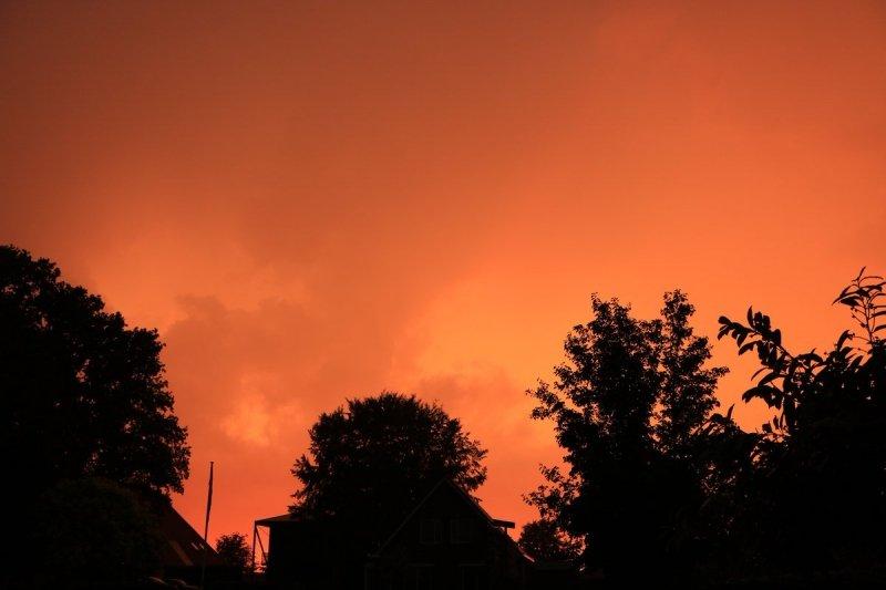 Gisteravond kwam het tot flink onweer in Wolvega, maar daarna was er een kleurrijke zonsondergang. Ook deze foto is van Martin Vye.
