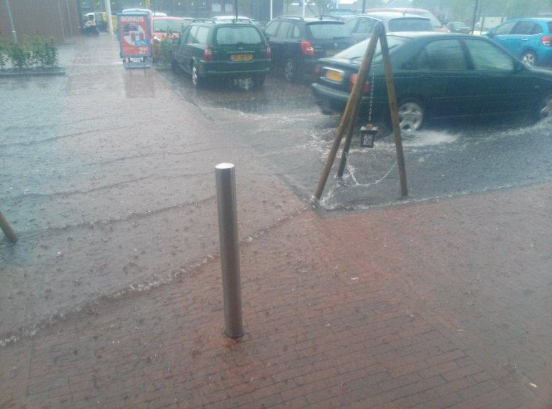 Weer een foto van wateroverlast. Deze keer in het Groningse Loppersum. Foto is van Angela Rijnen