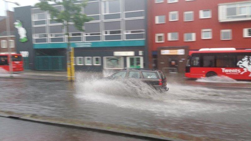 Wederom wateroverlast op diverse plaatsen in het land. Deze foto werd gemaakt door Patrick Moes in Enschede.