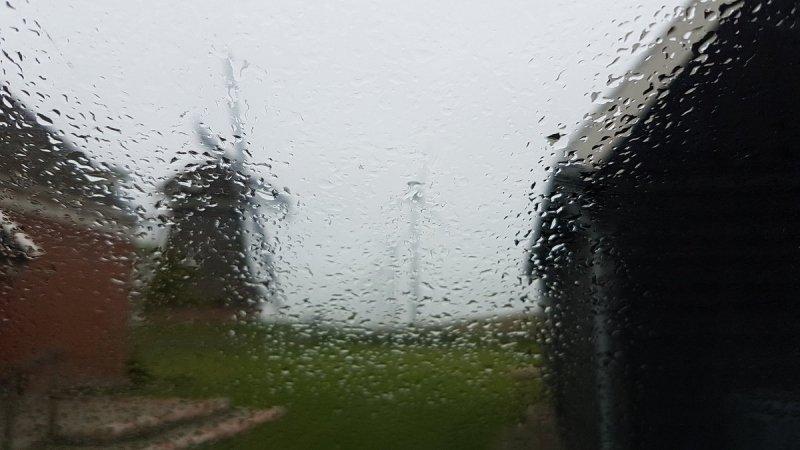 in het noorden van het land kwam gisteren al wat lichte (mot)regen voor. Ook vandaag kan het tot wat gespetter komen. Foto is van Jannes Wiersema.