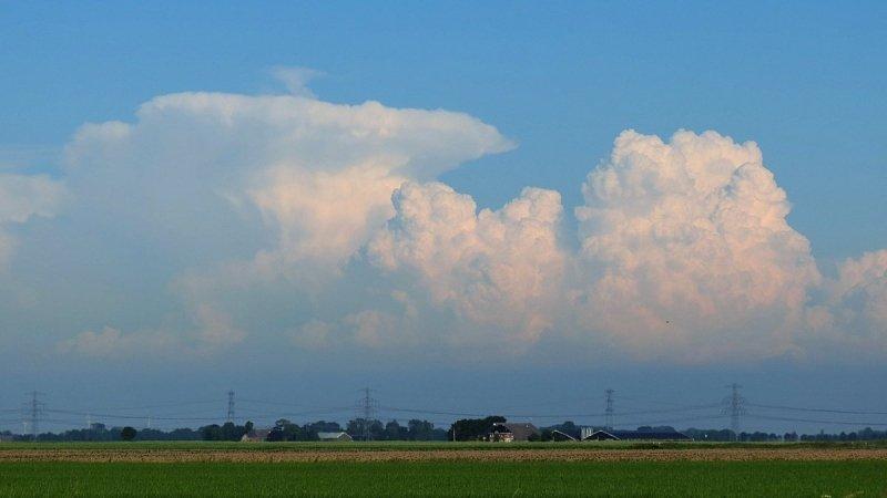 Vanuit het noorden van het land (Roodeschool) waren onweersbuien ter hoogte van Bremen zichtbaar. Foto is van Jannes Wiersema.