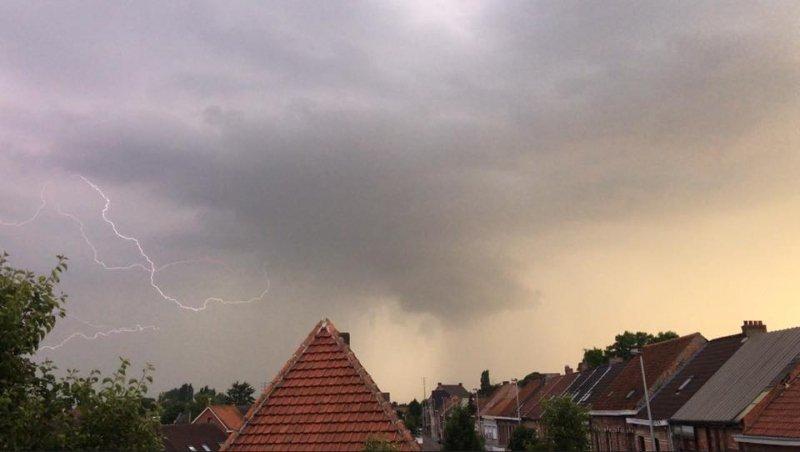Gisteravond kwam het in Vlaanderen tot stevige regen- en onweersbuien. Deze zeer fraaie foto werd gemaakt door Olivier Van Baelen in Hamme.