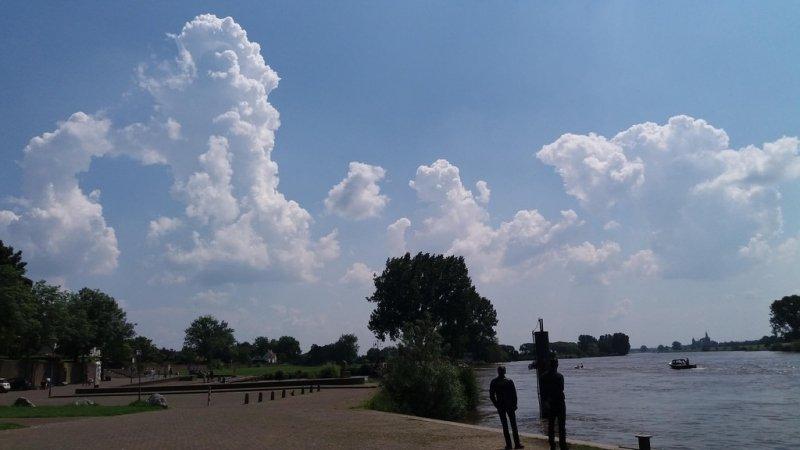In het zuiden ontwikkelden gisteren weer stapelwolken die regionaal uitgroeiden tot flinke buien. Foto is van Hans Wildeboer.