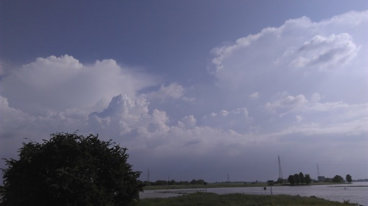 AWM collega Sander Engelen had een fraai uitzicht op actieve onweersbuien beneden de rivieren, met aambeeld.