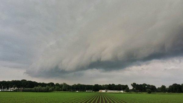 Paul Begijn maakte gisteren deze fraaie foto van een shelfcloud.