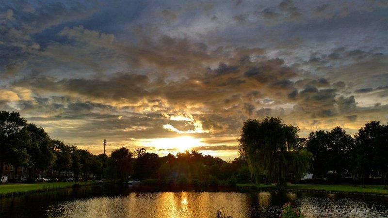 De zon ging gisteren zeer fraai onder. Deze foto werd gemaakt door Jeroen Bronkhorst.
