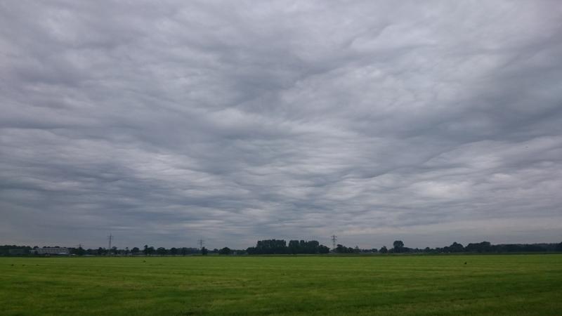 De wolken worden met de week interessanter aldus Carel ten Hoor. Een fraai wolkenpakket trok langs om gefotografeerd te worden.