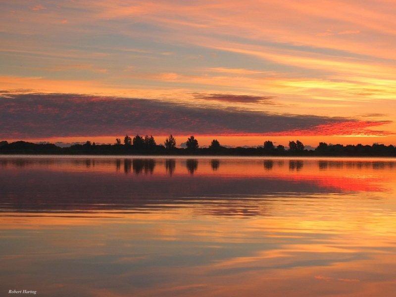 De zon kwam gisterochtend zeer fraai op. Deze foto werd gemaakt door Robert Hartog.