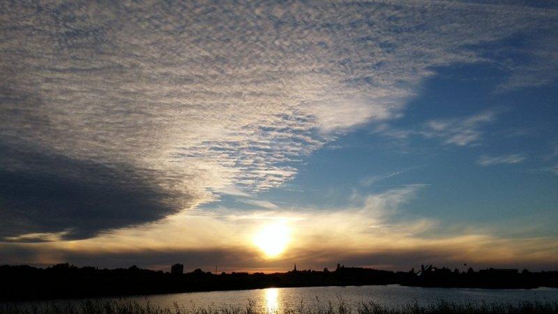de zon ging gisteravond prachtig onder. Deze foto werd gemaakt door Martin Vye.